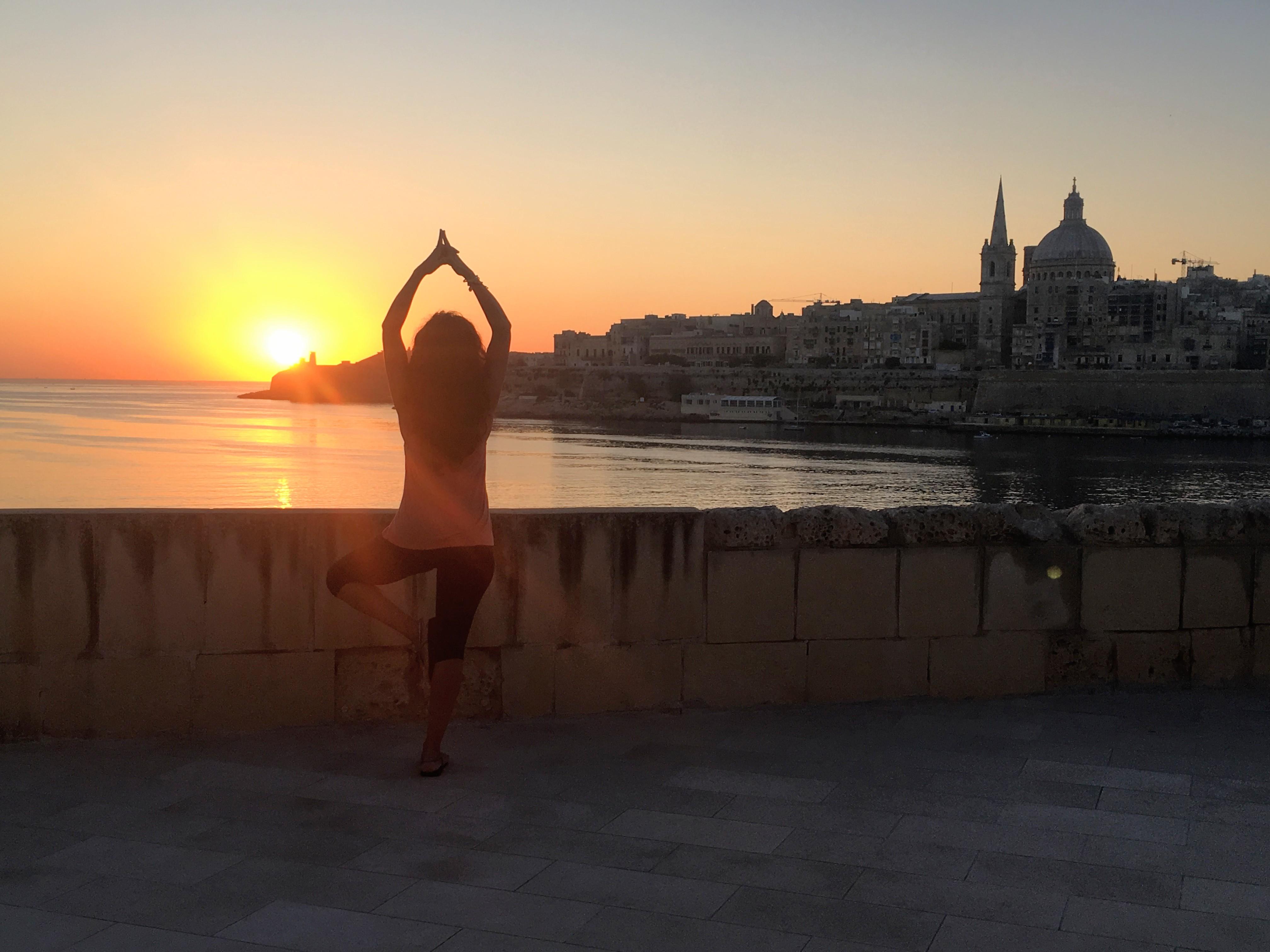 Luisa Portales esteticista en Sevilla practicando yoga